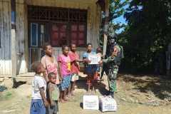 Satgas TNI bagikan sembako untuk warga perbatasan RI-PNG